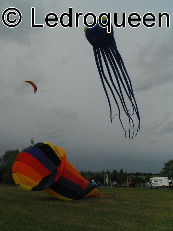 un pieuvre et une turbine lors du festival